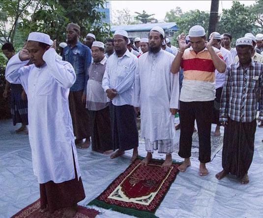 নামাজ আদায় করছে ইয়াঙ্গুনের মুসলিমরা